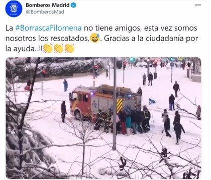 Un grupo de ciudadanos rescata un camión de bomberos de Madrid atrapados en la nieve