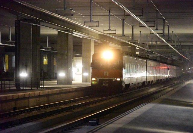 Un tren de Rodalies en una estació. Barcelona (Espanya), 8 de desembre del 2020.