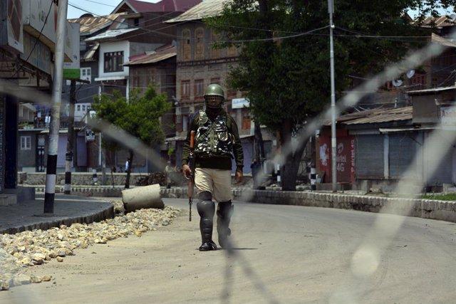 Un soldado indio en la parte de Cachemira bajo control de India