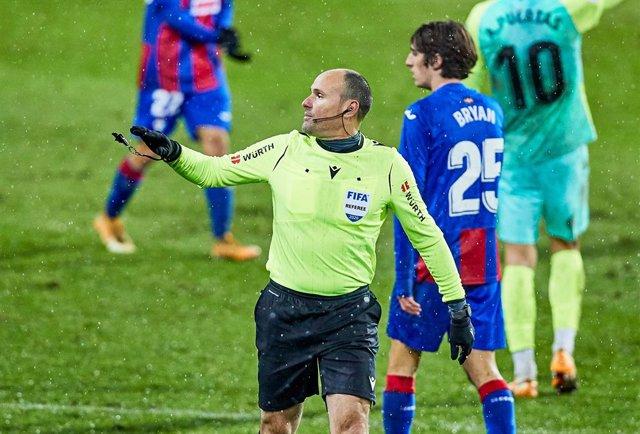 The referee Mateu Lahoz during the Spanish league, La Liga Santander, football match played between SD Eibar SAD and Granada CF at Ipurua stadium on January 3, 2021 in Eibar, Spain.