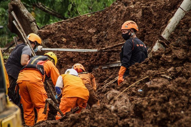 10 January 2021, Indonesia, Sumedang: Members of a rescue team look for bodies of victims or survivors who were buried by a landslide that occurred due to heavy rainfall and unstable soil conditions. Photo: Algi Febri Sugita/SOPA Images via ZUMA Wire/dpa