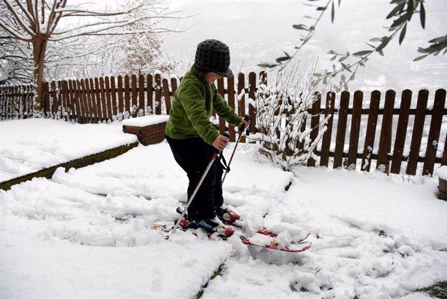 Un niño esquía en la nieve fruto de la borrasca Filomena, en Sort, Lleida, Cataluña (España), a 9 de enero de 2021.