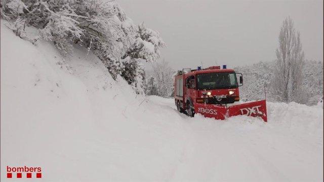 Els Bombers retiren la neu de les carreteres catalanes després de la borrasca Filomena