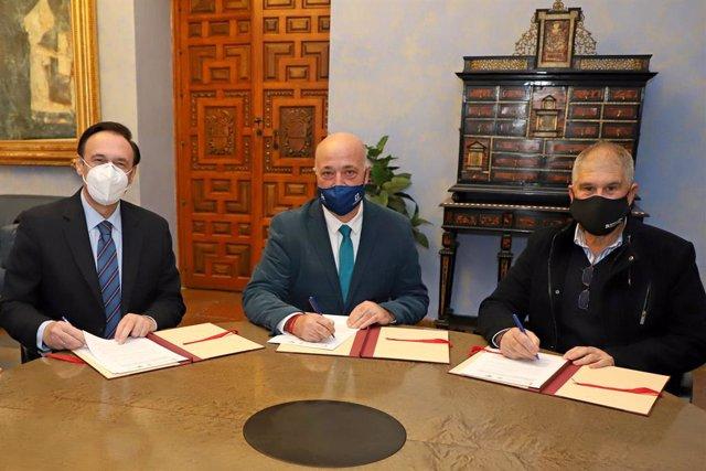 El presidente de la Diputación de Córdoba, Antonio Ruiz (centro), firma el convenio con el rector de la Universidad de Córdoba, José Carlos Gómez Villamandos (izda.) y el alcalde de Belmez, José Porras.