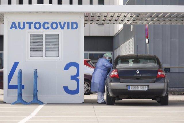 """Imagen de archivo de una enfermera realizando pruebas PCR para la detección del COVID-19 en el """"Autocovid"""" del Hospital Universitario Central de Asturias (HUCA), Oviedo (Asturias)."""