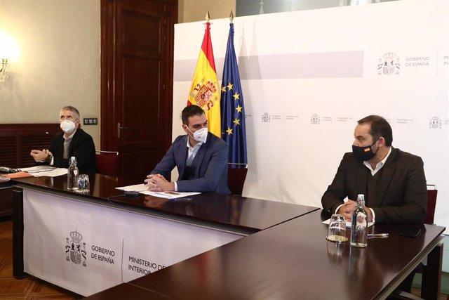 El presidente del Gobierno, Pedro Sánchez (centro), el ministro del Interior, Fernando Grande-Marlaska (i) y el ministro de Transportes, Movilidad y Agenda Urbana, José Luis Ábalos (d), el 10 de enero