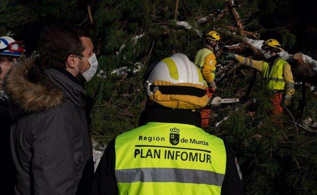 El líder del PP, Pablo Casado, visita varias zonas afectadas por el temporal Filomena de la calle del Condado de Treviño, en el distrito madrileño de Ciudad Lineal. En Madrid, a 11 de enero de 2021.
