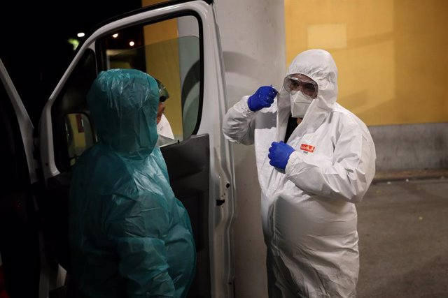 08 January 2021, Portugal, Lisbon: A healthcare worker undresses a protective suit after carrying a COVID-19 patient at the Curry Cabral Hospital in Lisbon. Portugal reported a record 10,176 new Coronavirus (COVID-19) cases and 118 deaths in 24 hours, the