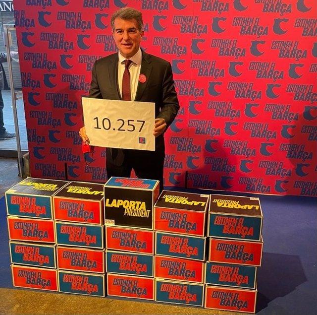 El precandidato a la presidencia del FC Barcelona Joan Laporta, con las 10.257 firmas de apoyo recogidas para optar a ser candidato y presidir de nuevo el club blaugrana