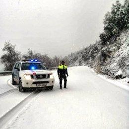 Un agent durant el temporal a Catalunya.