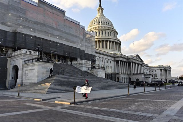 12/18/2019 - Washington, District of Columbia, United States of America: Bruce Benua of Ohio protests outside the United States House of Representatives entrance of the US Capitol in Washington, DC on Wednesday, December 18, 2019. (Ron Sachs / CNP / Conta