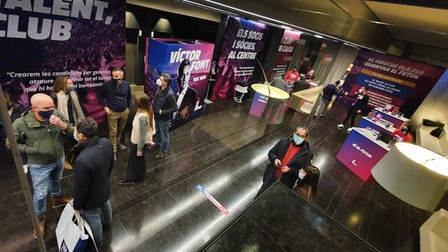 Recogida de firmas de 'Sí al Futur', precandidatura que encabeza el precandidato a presidir el FC Barcelona Víctor Font