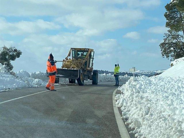 Els operaris de la Generalitat netegen la neu d'una carretera després del temporal Filomena, 11 de gener del 2021.