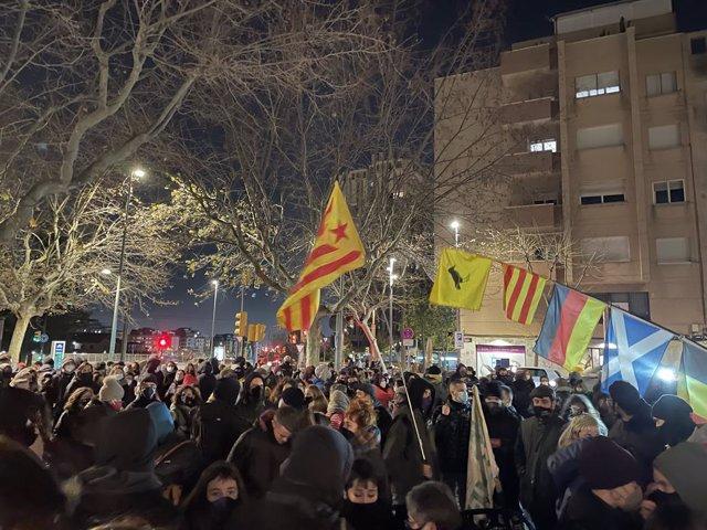 """Uns 150 manifestants convocats pels CDR s'han concentrat la tarda d'aquest dilluns a la plaça Santa Magdalena d'Esplugues de Llobregat (Barcelona), per """"donar la benvinguda"""" al membre dels CDR Adrià Carrasco."""