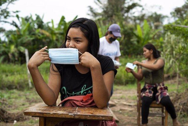 Estudiantes del Instituto Alfonso Ugarte, situado en el distrito de Masisea, departamento de Ucayali, en la Amazonía peruana, imparten las clases al aire libre.