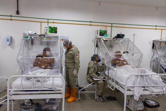 04 June 2020, Brazil, Manaus: Nurses check on patients in the intensive care unit at the Gilberto Novaes Municipal field hospital. The field hospital was set up in a school and has 180 beds, including 38 intensive care beds. Photo: Lucas Silva/dpa
