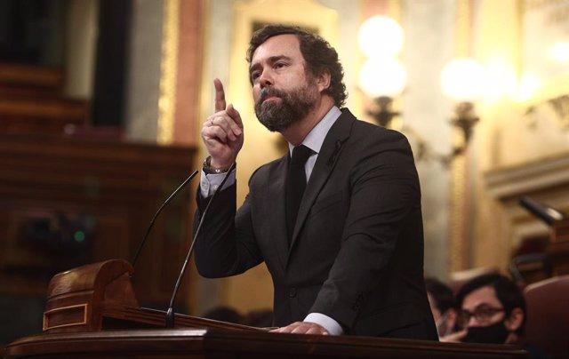 El portavoz parlamentario de Vox, Iván Espinosa de los Monteros interviene durante una sesión plenaria en el Congreso de los Diputados, en Madrid (España), a 17 de diciembre de 2020. El Pleno del Congreso examina este jueves el decreto ley aprobado por el