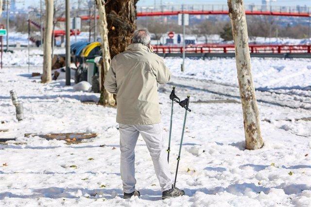 Un hombre entre la nieve en Pozuelo de Alarcón, Madrid (España) a 11 de enero de 2021. Madrid afronta hoy el primer día laborable en la región tras la gran nevada provocada por el paso de la borrasca 'Filomena'.