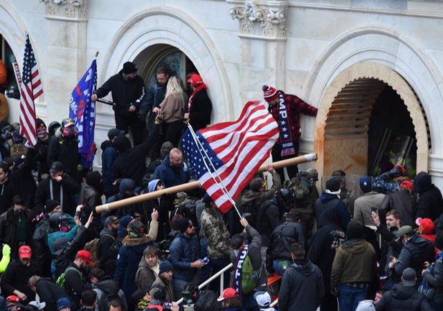 Partidarios del presidente de Estados Unidos, Donald Trump, durante el asalto al Capitolio.