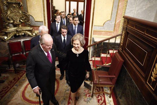 El rey emérito don Juan Carlos I y la reina consorte emérita doña Sofía entran en el acto conmemorativo del 40º aniversario de la Constitución de 1978 en el Congreso seguidos de los expresidentes del Gobierno José María Aznar y Mariano Rajoy y del preside