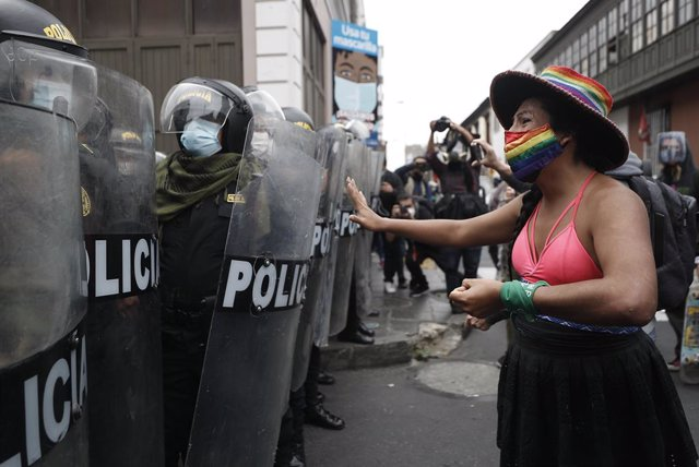 10 November 2020, Peru, Lima: Gahela Tseneg Cari Contreras, former candidate for the Congress of the Republic and transwoman, faces the riot police officers during a protest against the removal of President Martin Vizcarra. Photo: Alex Rosemberg/dpa