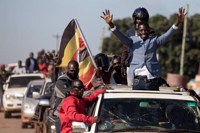 El cantante y opositor Bobi Wine durante un acto de campaña en Uganda
