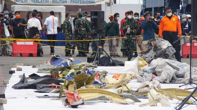 Restos del avión de Sriwijaya Air siniestrado cerca de la isla de Java tras despegar de la capital de Indonesia, yakarta