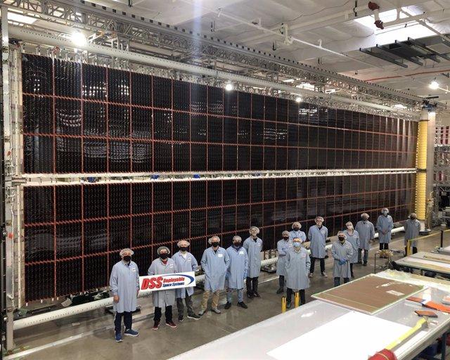 Ingenieros ante uno de los nuevos paneles solares diseñados para la Estación Espacial Internacional