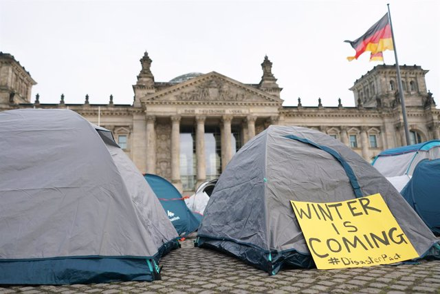 15 November 2020, Berlin: Activists from several EU movements and organisations set up a tent camp in front of the Reichstag building against the EU migration pact, and to call for better accommodation in refugee camps. Photo: Jörg Carstensen/dpa