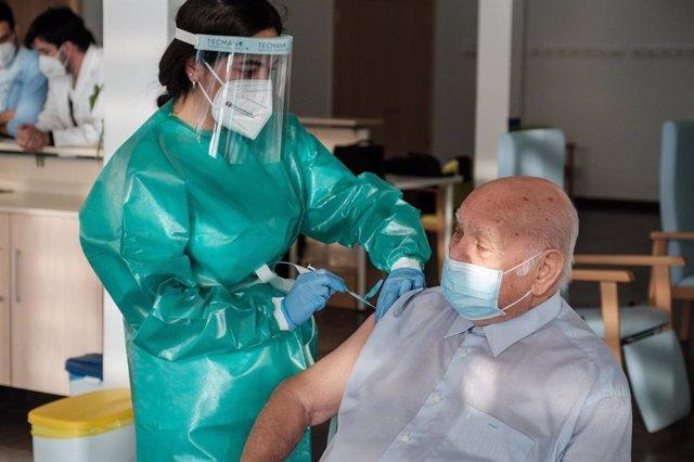 Crescencio Aranda, primero en recibir la vacuna en Ibiza contra el coronavirus