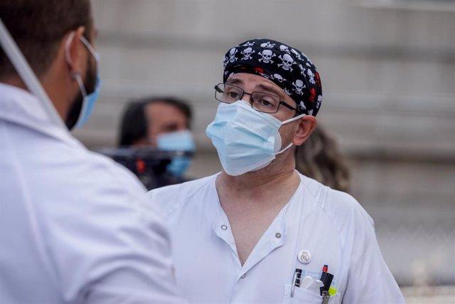 Dos trabajadores sanitarios mantienen una conversación durante una concentración frente al Hospital Clínico San Carlos, en Madrid (España), a 15 de septiembre de 2020. La movilización es una de las convocadas para este martes en todos los centros sanitari