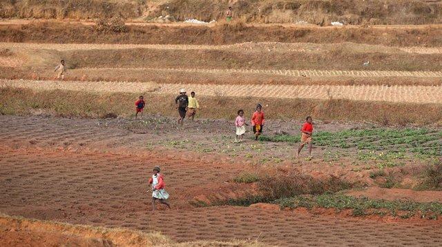 Un grupo de niños jugando en la capital de Madagascar, Antananarivo