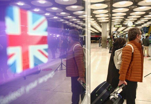 Viajeros en la zona de llegadas de la terminal T4 del Aeropuerto Adolfo Suárez Madrid-Barajas, un día antes de la suspensión de los vuelos procedentes de Reino Unido, en Madrid (España), a 21 de diciembre de 2020. El Gobierno ha decidido de manera conjunt