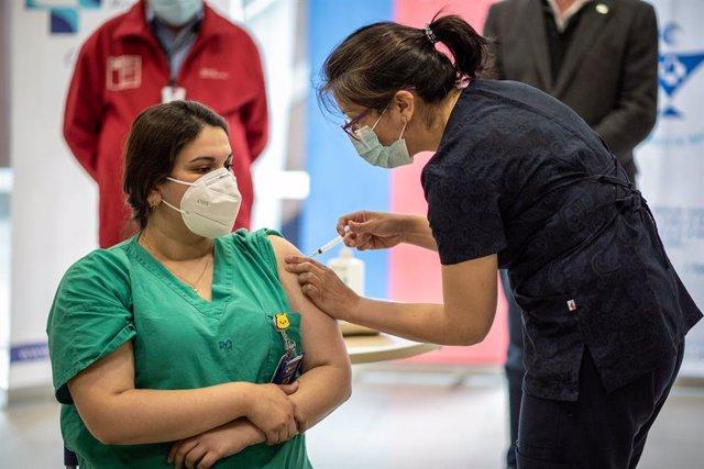 Vacunación de personal sanitario en Magallanes, Chile