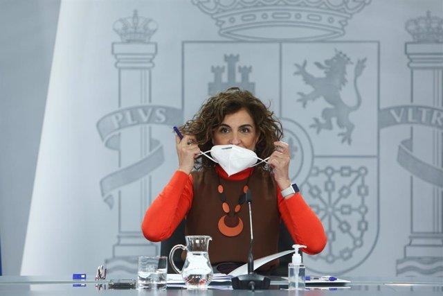 La ministra de Hacienda, María Jesús Montero se quita la mascarilla a su llegada a una rueda de prensa convocada ante los medios posterior al Consejo de Ministros, en La Moncloa, Madrid, (España), a 12 de enero de 2021.