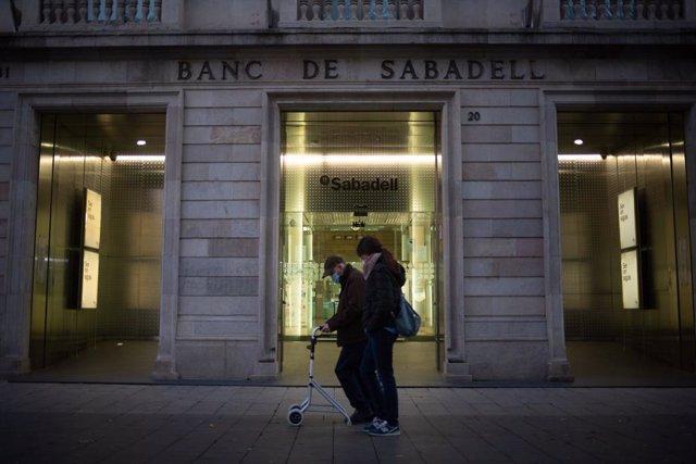 Sede histórica del Banc Sabadell en Sabadell, Barcelona, Catalunya (España), a 17 de noviembre de 2020. BBVA y Banco Sabadell confirmaron ayer que mantienen conversaciones en relación a una potencial operación de fusión entre ambas entidades, con autoriza