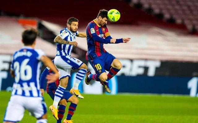 El jugador del FC Barcelona Leo Messi cabeceo el balón en un instante del partido de LaLiga Santander entre el equipo blaugrana y la Real Sociedad, en el Camp Nou