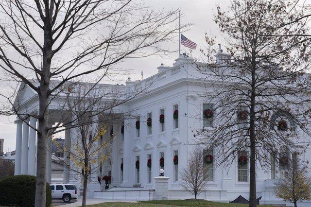 La bandera de EEUU de la Casa Blanca ondea a media asta en homenaje a los agentes fallecidos que estuvieron de servicio durante el asalto al Capitolio por parte de un grupo de exaltados seguidores del presidente, Donald Trump.