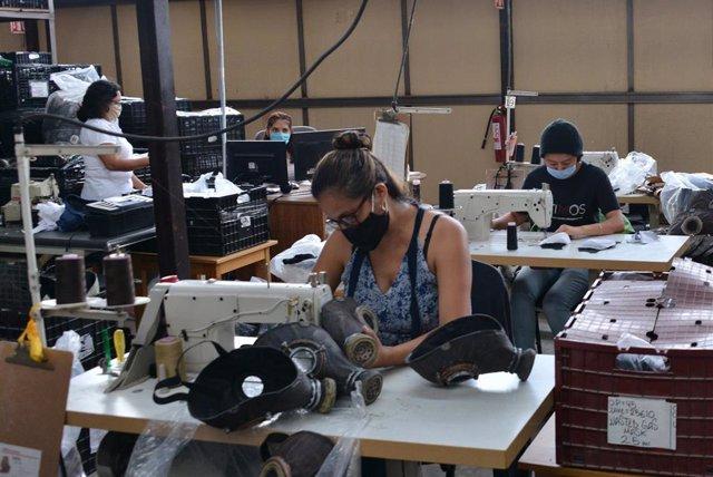 Una fábrica de Jiutepec, en el estado sureño de Morelos, en la que se fabrica de manera masiva mascarillas.