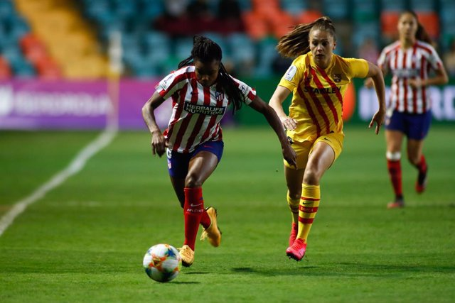 Ludmila Da Silva of Atletico de Madrid and Lieke Martens of FC Barcelona in action during the Spanish SuperCup women football match played between Atletico de Madrid Femenino and FC Barcelona Femenino at Helmantico Stadium on February 06, 2020, in Salaman