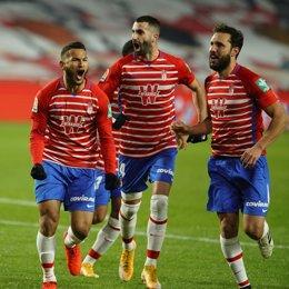 Luis Suárez celebra el primer gol del Granada CF