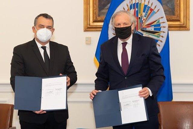 Imagen de la firma del acuerdo de cooperación entre República Dominicana y la OEA.