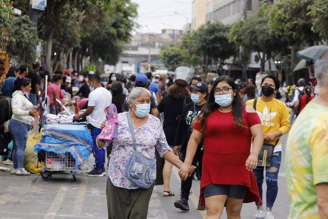 Personas paseando por las calles de Lima en plena pandemia del coronavirus