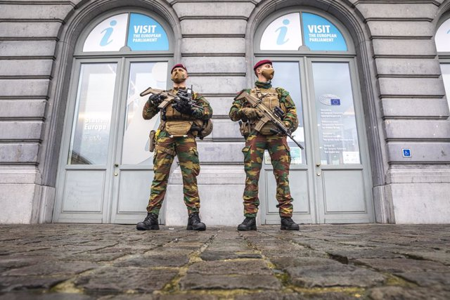 24 December 2020, Belgium, Brussels: Military personnel patrols the street of Brussels, as part of the anti-terror mission 'Operation Vigilent Guardian' in Belgium. Photo: Hatim Kaghat/BELGA/dpa