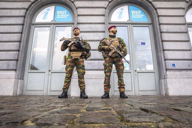 24 December 2020, Belgium, Brussels: Military personnel patrols the street of Brussels, as part of the anti-terror mission 'Operation Vigilent Guardian' in Belgium. Photo: Hatim Kaghat/BELGA/dpa