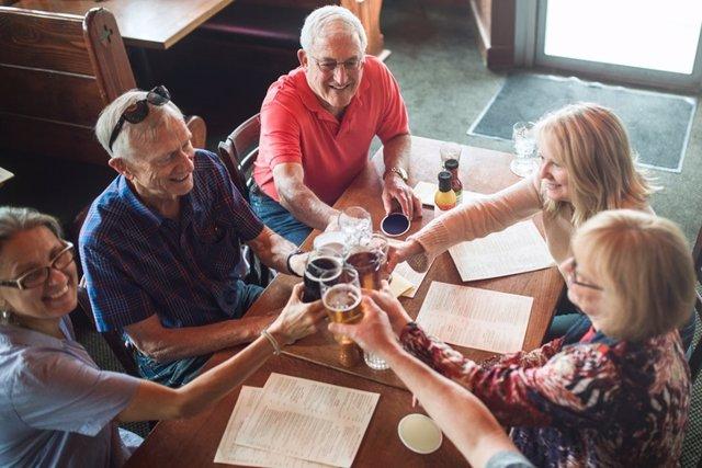 Personas mayores en una reunión de amigos.