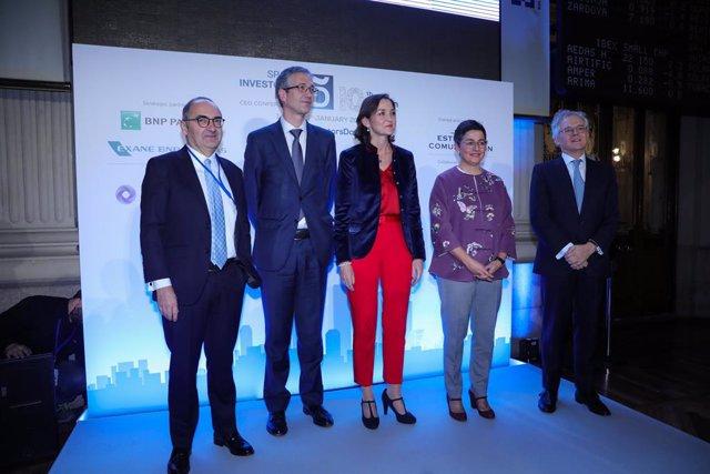 El gobernador del Banco de España, Pablo Hernández de Cos (2i), la ministra de Industria, Comercio y Turismo, Reyes Maroto (centro) y la ministra de Asuntos Exteriores, UE y Cooperación, Arancha González Laya (2d), posan juntos durante la primera jornada