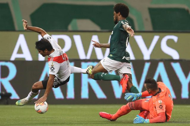 HANDOUT - 12 January 2021, Brazil, Sao Paulo: Palmeiras' Luiz Adriano (L) and River Plate's Rojas (C) battle for the ball during the Copa Libertadores semifinal second leg football match between Palmeiras and River Plate at the Allianz Parque stadium. Pho
