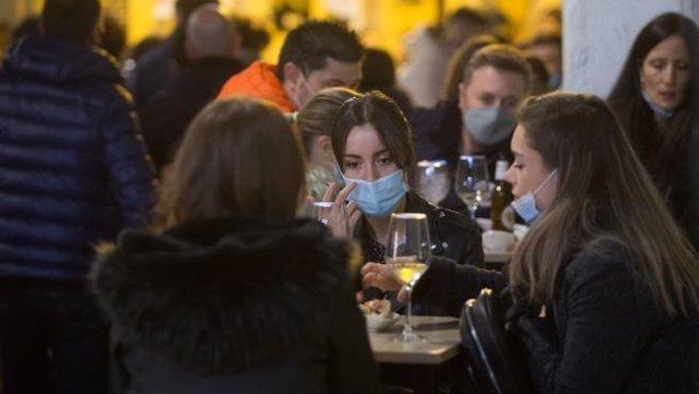 Un grupo de personas toma consumiciones en una terraza