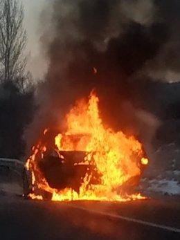 Vehículo incendiado en la carretera entre Aldemayor y Valladolid a la altura de Boecillo.